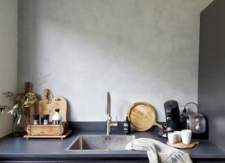 Betonlook muur in de keuken met snijplanken