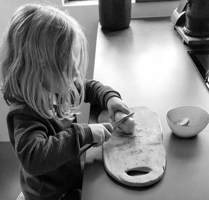 meisje in de keuken