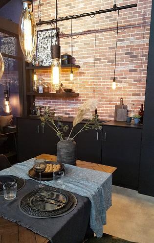 zwarte keuken met eethoek