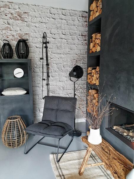 bakstenen behang fauteuil stoel gashaard