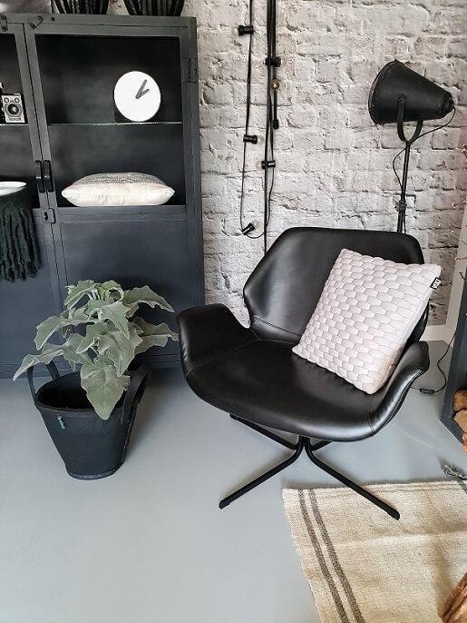 leren-fauteuil-zuiver-stalen-kast-brickwall