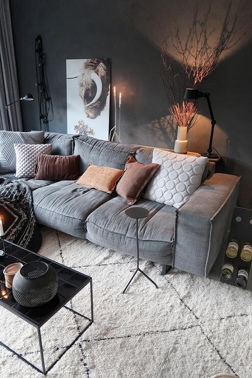 grijze loungebank met bruine kussens huizedop