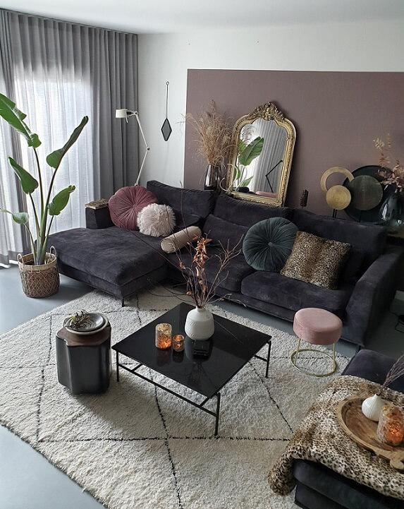woonkamer met zwarte loungebank