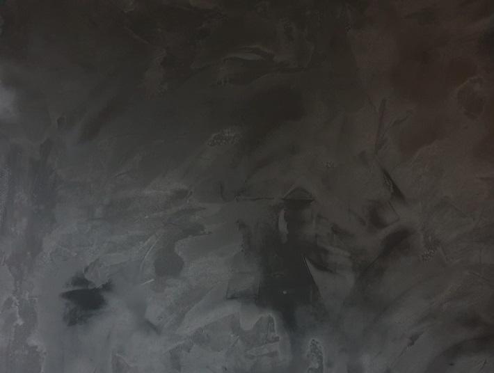 zwarte muur betonlook