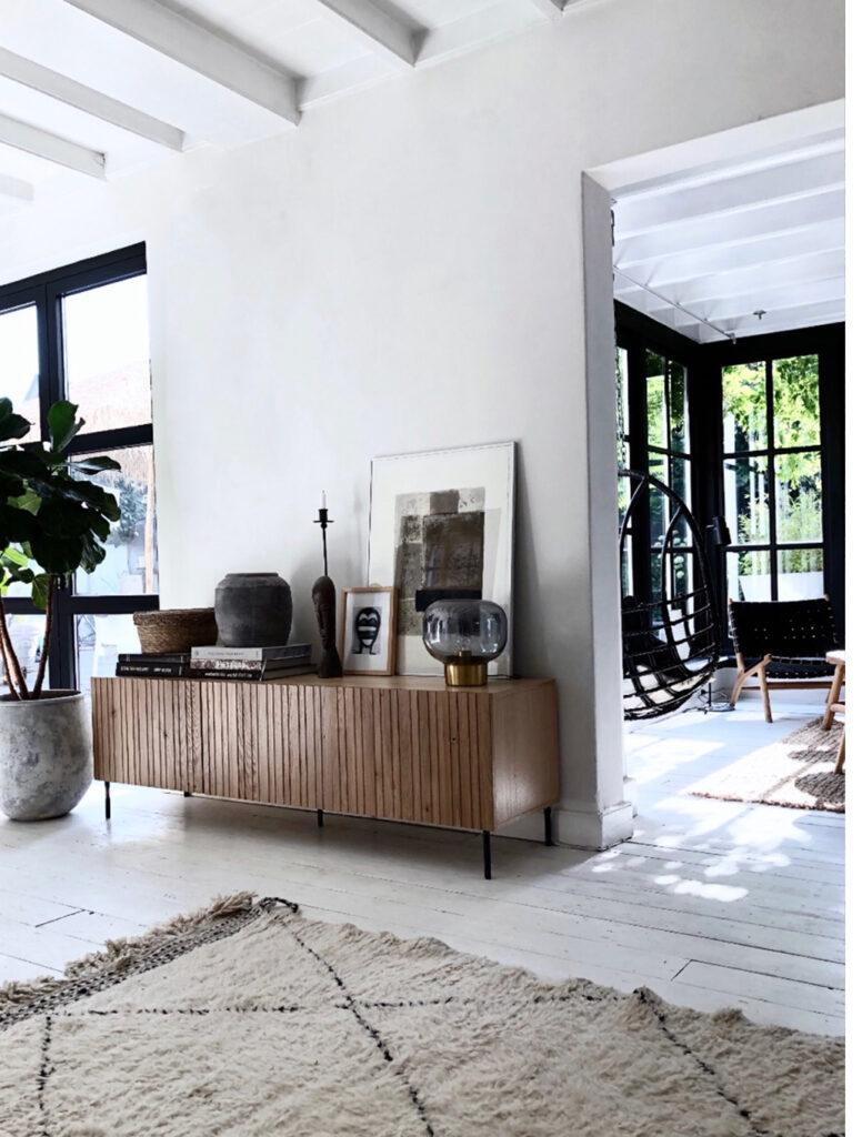 Binnenkijker in een witte keuken