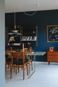 blauwe muur witte vloer wooninspiratie