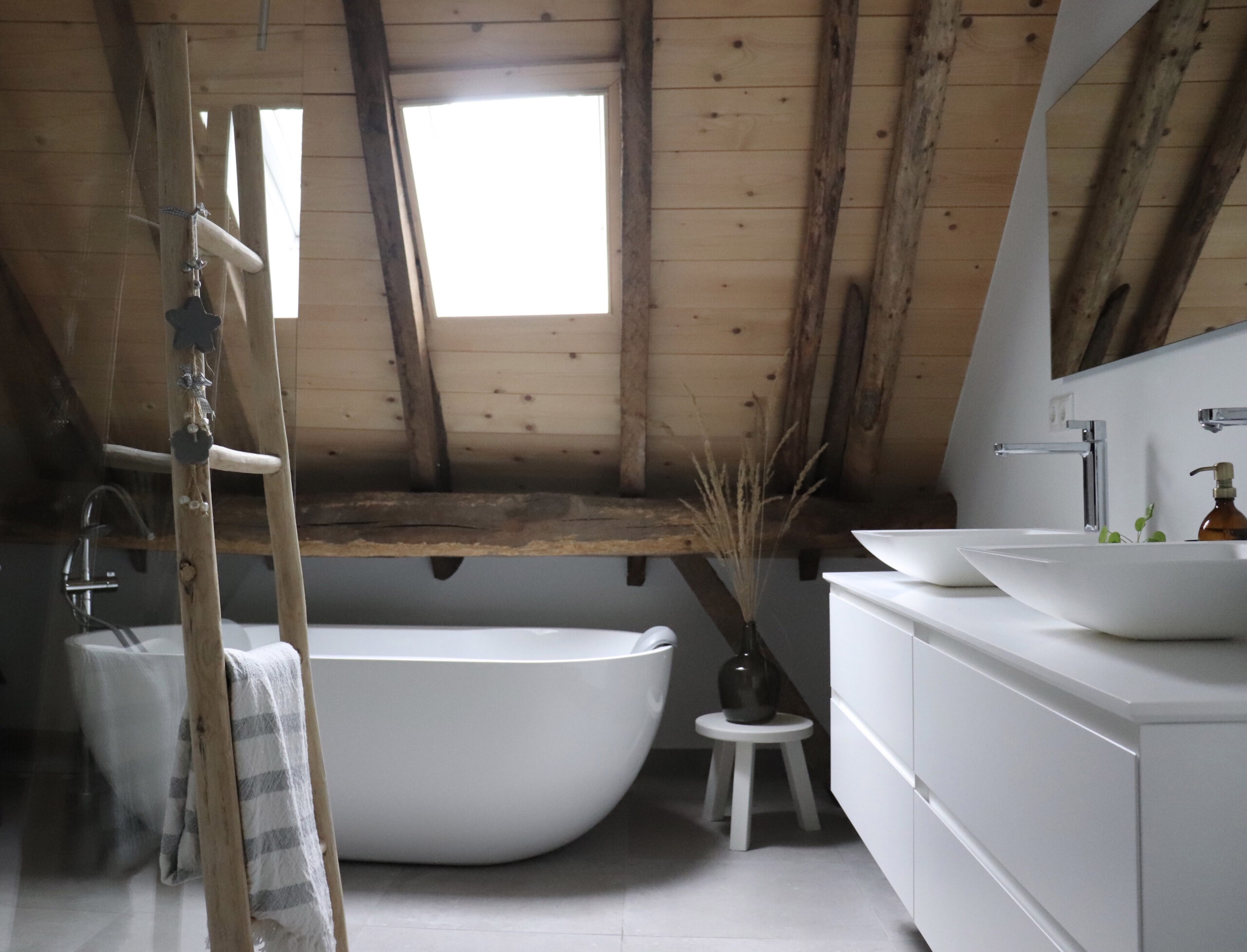 Badkamer bij huizedop binnenkijker