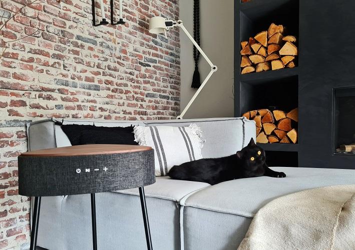 tafel met speaker en draadloos opladen