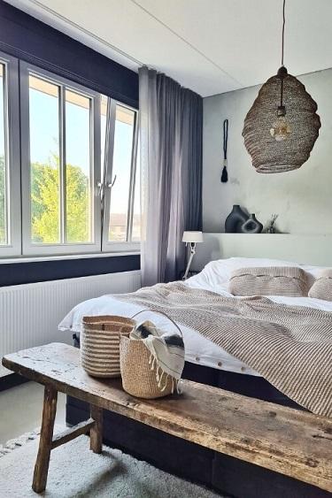 bruine hanglamp van gaas in slaapkamer